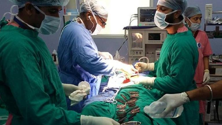 40 kést operáltak ki egy 42 éves férfi gyomrából