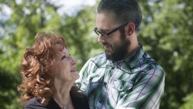 71 éves nőt vett feleségül a 18 éves fiú