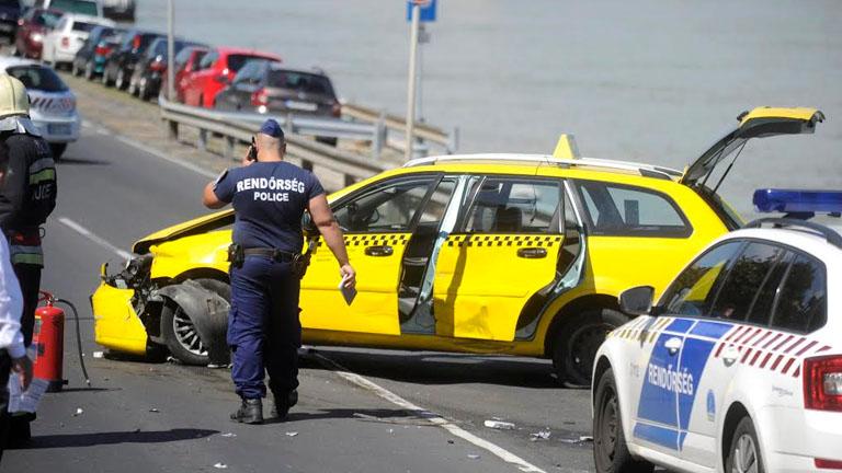 Budapest: kigyulladt a rendőrök elől menekülő taxi