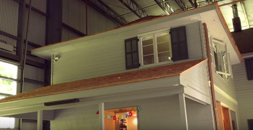 Nézz be a családhoz, amelynek egy repülőgép hangár az otthona