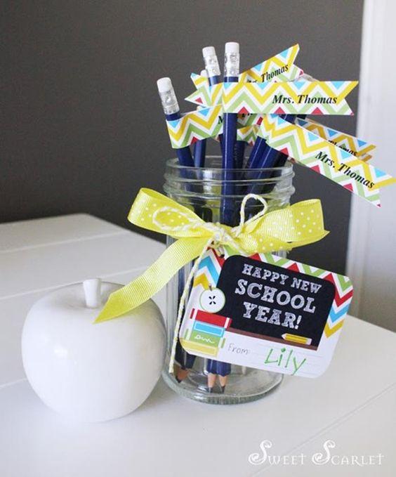 kapjanak egyedi címkéket a tollak és ceruzák. A gyerkőc biztosan élvezni fogja, hogy a neve szerepel az írószereken!