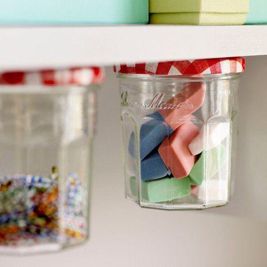 Szanaszét vannak minden éven a radírgumik? A megoldás egyszerű: rendszerezz, egy egyszerű befőttesüveg is megteszi!