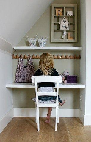Az elsős kisgyereknek még nem kell óriási íróasztal. Legyen kényelmes széke és olyan kis hangulatos tanulósarka, amit imádni fog!