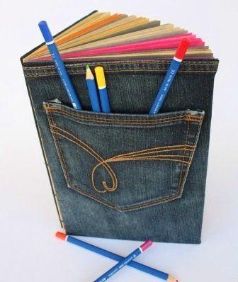 Nemcsak füzetborító, de tolltartónak is felhasználhatod a régi szakadt farmernapdrágod zsebét.