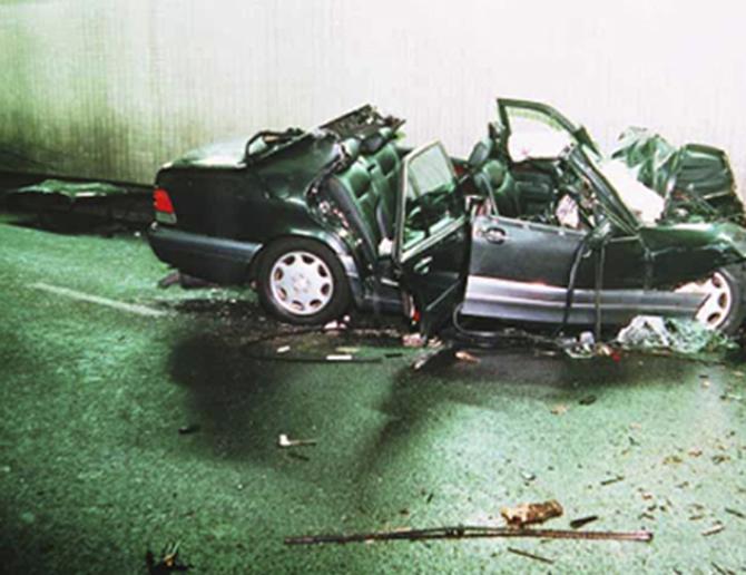 Az autó roncsai az alagútban
