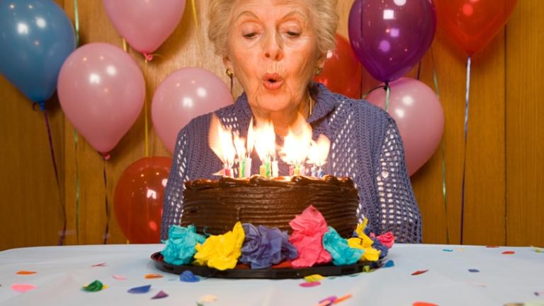 Meglepetés bulit kapott ajándékba a 86 éves Rózsika néni