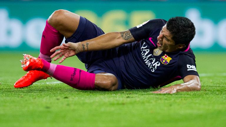 A képen látható labdarúgó sokkot kapott, amikor meglátta pink sportszárát és piros cipőjét, állapota válságos...