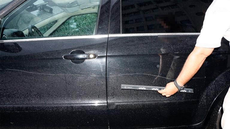 Rendőrkézen az autókarcoló néni