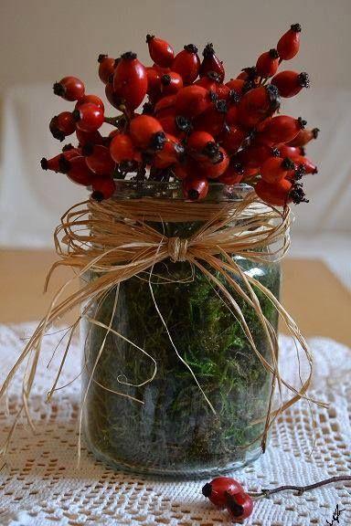 De ha nem szeretnétek nagyon túlgondolni az őszi dekort, akkor szerezzetek be egy kis csipkebogyót, amivel seperc alatt alkothattok