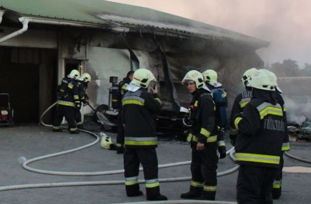 A tűzoltóknak hála, hogy nem robbant fel Mezőkövesden ar raktárépület (fotó: Tóth Balázs - MTI)