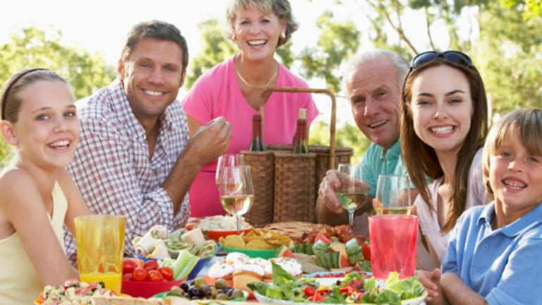 Megdöbbentő eredmény: A magyarok evés közben beszélgetnek és mobiloznak