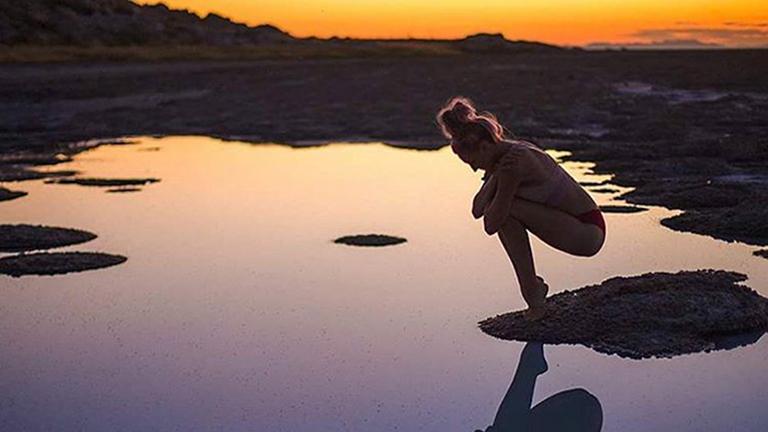 Ez a nő mentális betegségeket gyógyít elképesztő jógapózaival