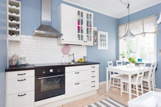 A  fehér és a kék bomba párosítás. A fa padlóburkolat pedig csak hab a tortán. Igazán harmónikussá vált vele a konyha.