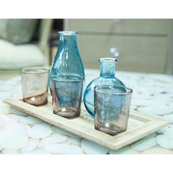 A semleges tereket kis, színes dísztárgyak pillanatok alatt feldobják. A kék vázák, gyertyák és mécsestartók