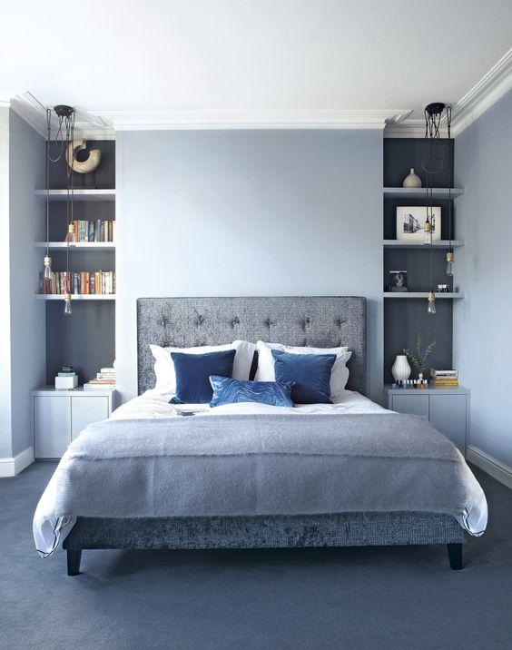 Azt hihetnénk, hogy a kék egyáltalán nem fér be a hálószobába. Pedig igen, sőt a kék falak mellé, a kék díszpárnák is elférnek.