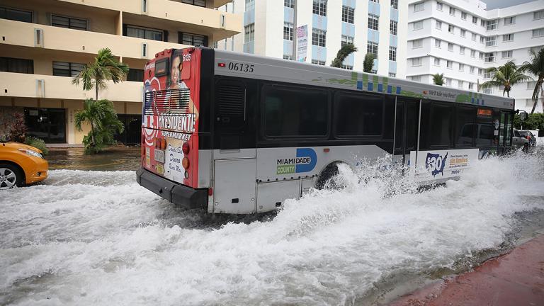 A dagály során gyakran elönti az utcákat a víz