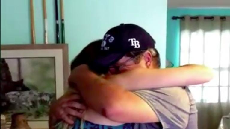 Örökbefogadási papírokkal lepte meg nevelőapját a születésnapján