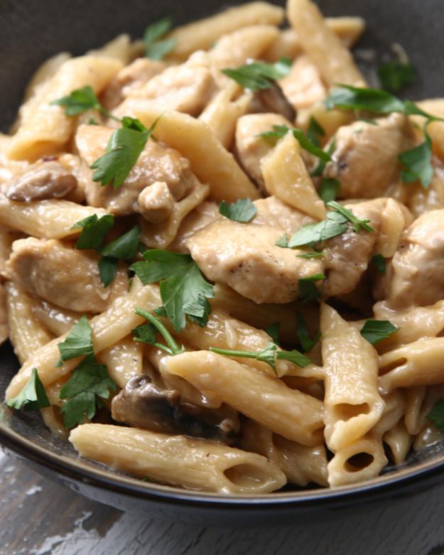Vacsora, amit gyorsan összedobhatsz: krémes gombás-csirkés tészta