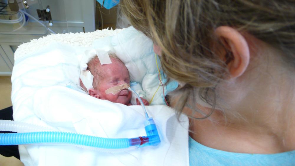 Jancsi először kézben - hathetesen, anyák napján