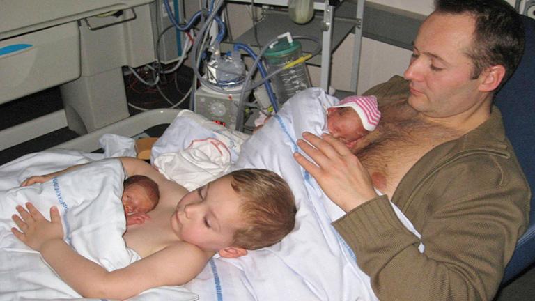Megható: apa és fia együtt dajkálják a koraszülött ikreket