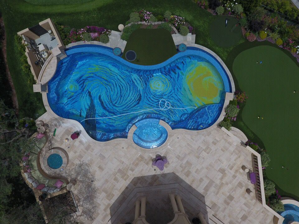 Ezt az elképesztő, Van Gogh ihlette medencét minden művészetrajongónak látnia kell