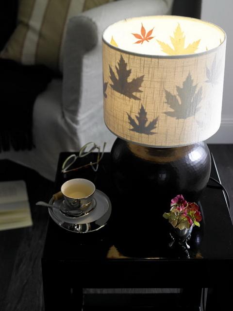 Ragassz őszi leveleket az olvasólápád burájának belsejébe, így a hálószobában is garantált az őszi hangulat.
