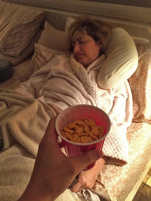 Az internet sztárja az anyuka, aki mindig elalszik miután nassolni hoznak neki
