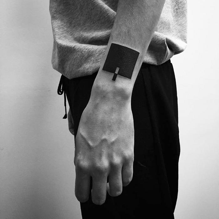 Egyedi minimalista tetoválásokat alkot az ororsz művész