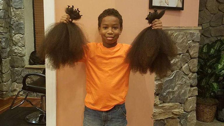 Két évig növesztette haját a kisfiú, hogy rákbeteg gyerekeknek segíthessen