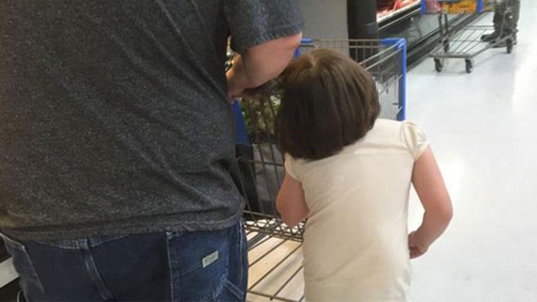 Kiakadt a net az apukára, aki a hajánál fogva rángatta kislányát bevásárlás közben
