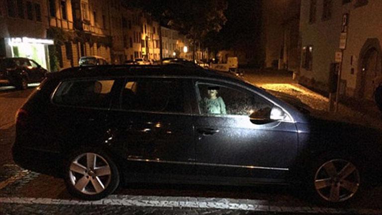 Egyedül hagyta kétéves gyerekét a kocsiban az anya, míg bulizott
