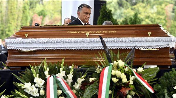 Orbán Viktor Csoóri Sándor koporsója mellett - Fotó: MTI - Illyés Tibor