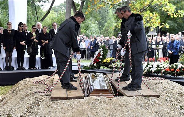 Gyászhuszárok leengedik a földbe Csoóri Sándor koporsóját -  Fotó: MTI - Illyés Tibor