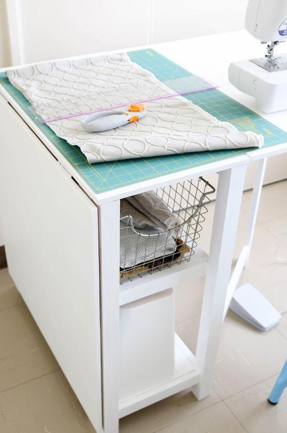 Jó, ha van az asztalnak tárolója és összecsukható, így helyet takarítunk meg.