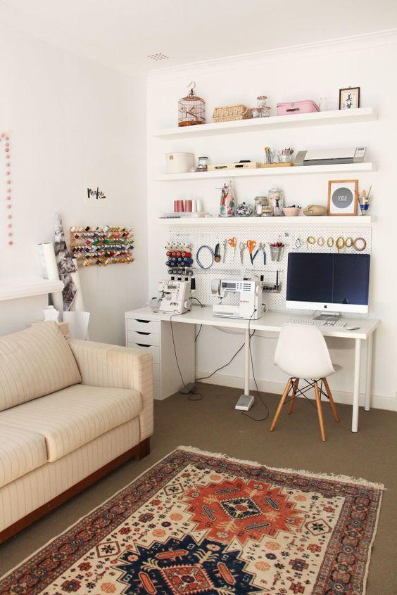 A nappaliban is szépen el lehet helyezni a varrósarkot úgy, hogy ne legyen zavaró.