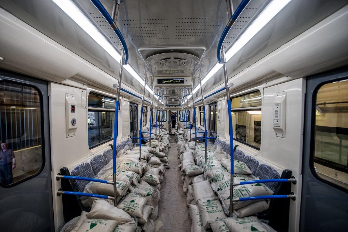 A 2-es vonal szerelvényeihez igazították a külső és belső színvilágot, az utastérbe nem került klíma