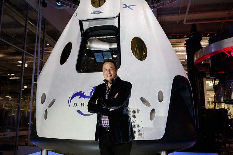 Elon Musk a Dragon V2 űrtaxi bemutatóján
