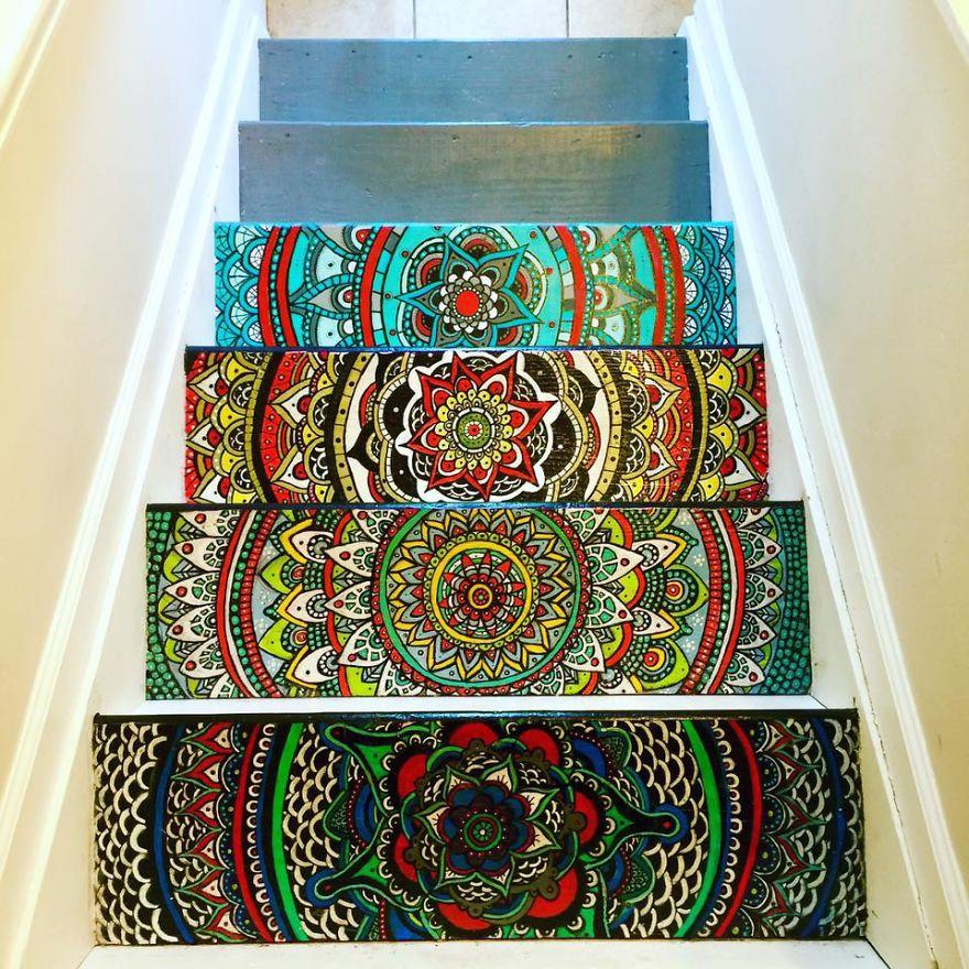 Unalmas lépcsőfokokból káprázatos mandalákat varázsolt egy művész