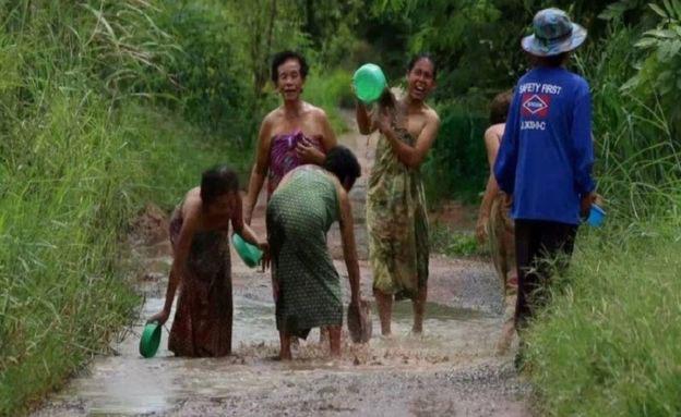 Kátyúban fürdéssel tiltakoznak a thai nők