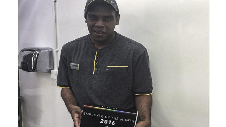 Megható: átsegítette az úton idős vendégét a McDonald's alkalmazottja