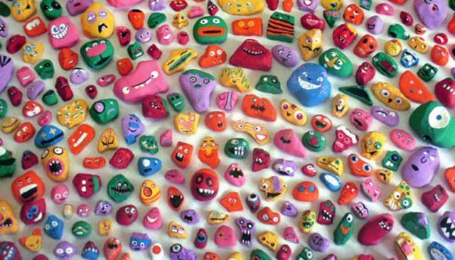 Az apa és hat gyermeke egy éven át 1000 követ festett be egy játék kedvéért