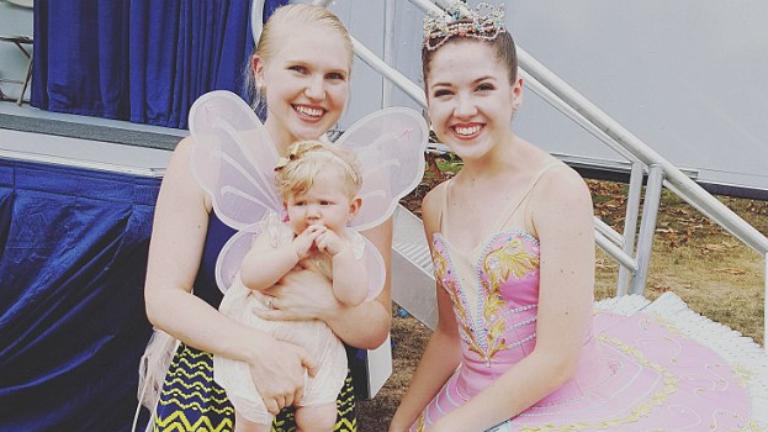 Életében először lát balerinát a hathónapos kislány – elolvadsz a reakciójától