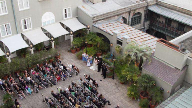 Ijesztő lényeket vett észre az esküvői fotón – te látod őket?