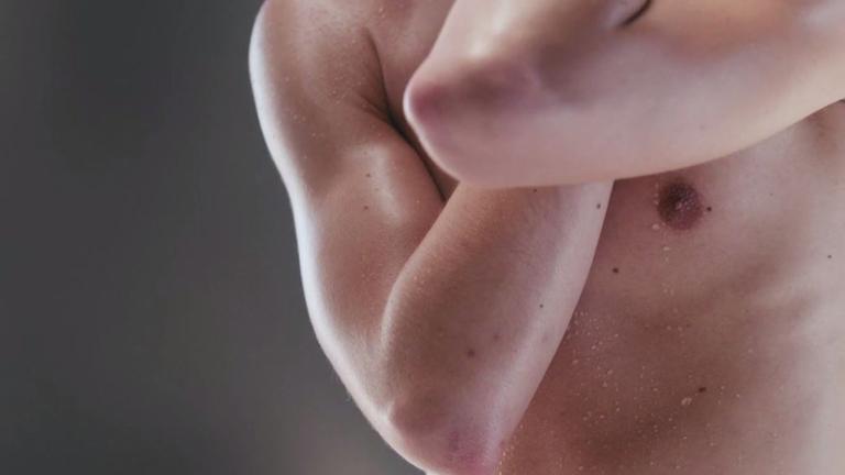 18+: Érzéki erotikus kisfilm mutatja meg a mezten férfit