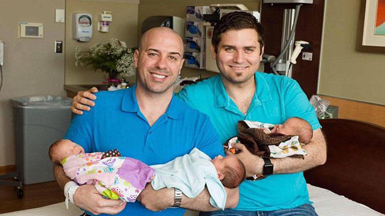 Mindkét apa DNS-ével rendelkeznek a meleg pár gyermekei