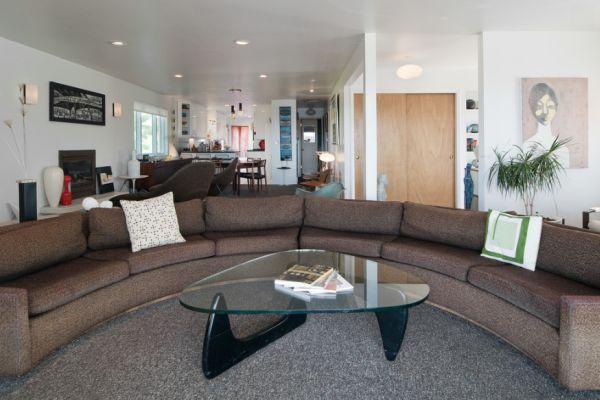 Ha szeretnél egy 70-es éveket idéző nappalit magadnak, akkor egyszerű kanapét és mindenképp üvegasztalt válassz hozzá.