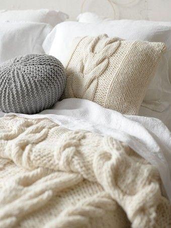 A hálószobában a kötött párnákkal és egy finom, kötött pléddel nem lehet mellényúlni. Az őszi-téli hideg esték elmaradhatatlan kellékei.