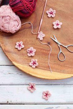 Apró kis horgolt virágokkal is feldobhatod a dekorációt vagy a kínálótálad.