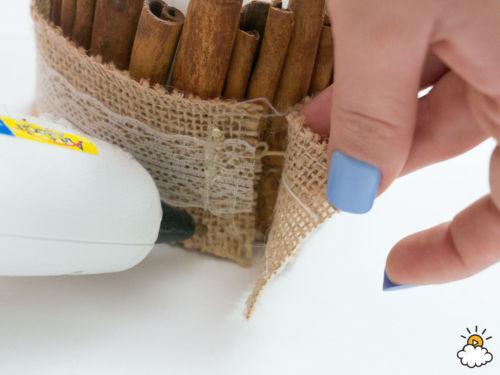 DIY: mutatós gyertya fahéjrudakkal körbevéve