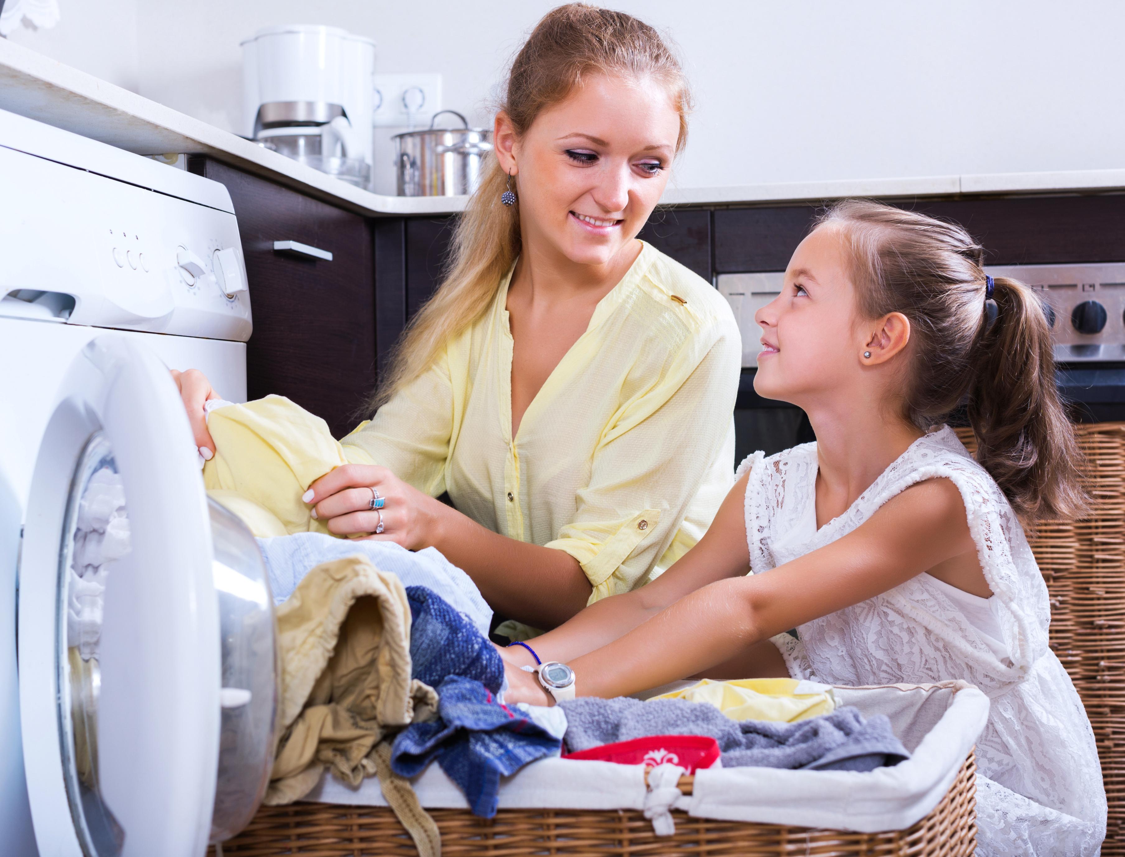 Elkezdődött az iskola, jönnek a foltos ruhák – így mosd ki a tinta-, zsírkréta- és a tempera foltokat